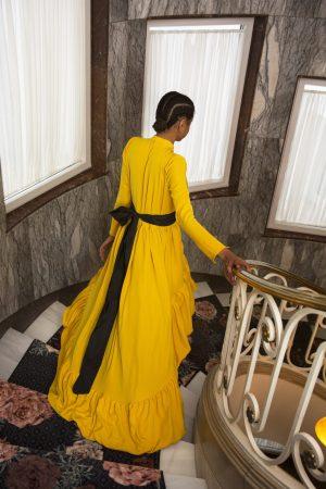 Vestido de fiesta largo Encinar Gemma con cola amarillo cinturon negro manga larga 1