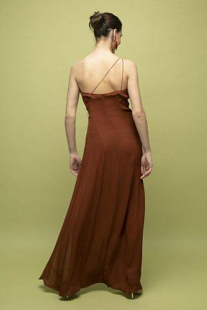 Vestido de fiesta largo Manuri marron un hombro apertura largo 2