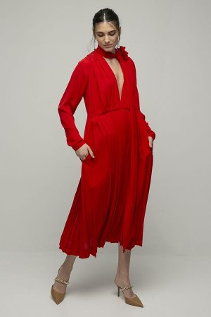 Victoria Beckham vestido rojo midi plizado lazada broche flor cuello pico 1