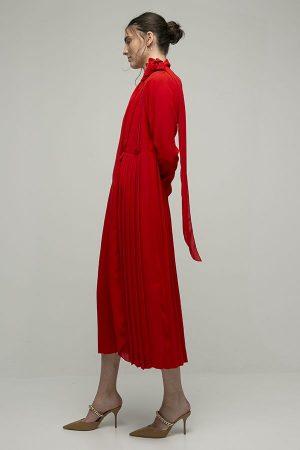 Victoria Beckham vestido rojo midi plizado lazada broche flor cuello pico 2